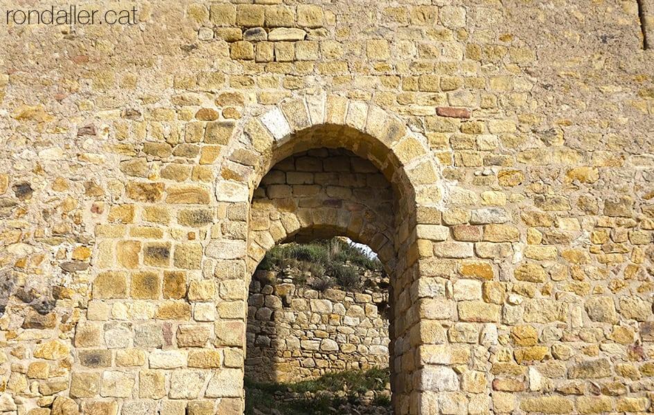 Portal d'entrada al recinte sobirà del castell de Palafolls, al Maresme.