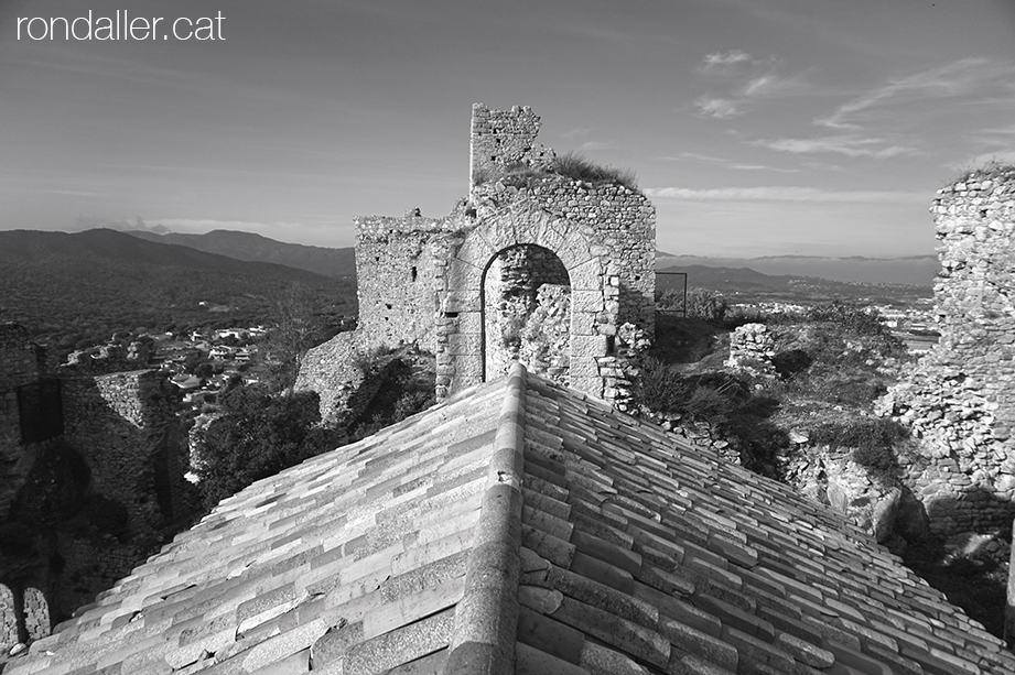 El castell de Palafolls des de sobre de la teulada de l'antiga capella.