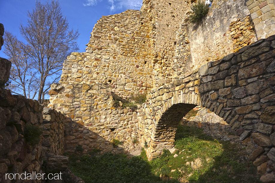 Restes de l'antiga bodega del castell de Palafolls, al Maresme.