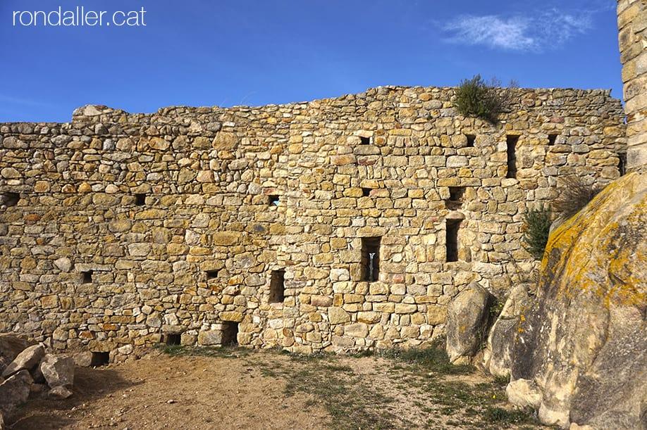 Restes de la muralla amb espitlleres, del castell de Palafolls, al Maresme.