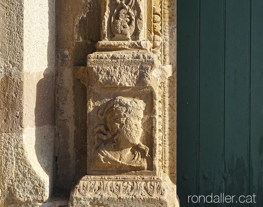 Detall de la portalada barroca de l'església de Santa Maria de Pineda de Mar (Maresme).