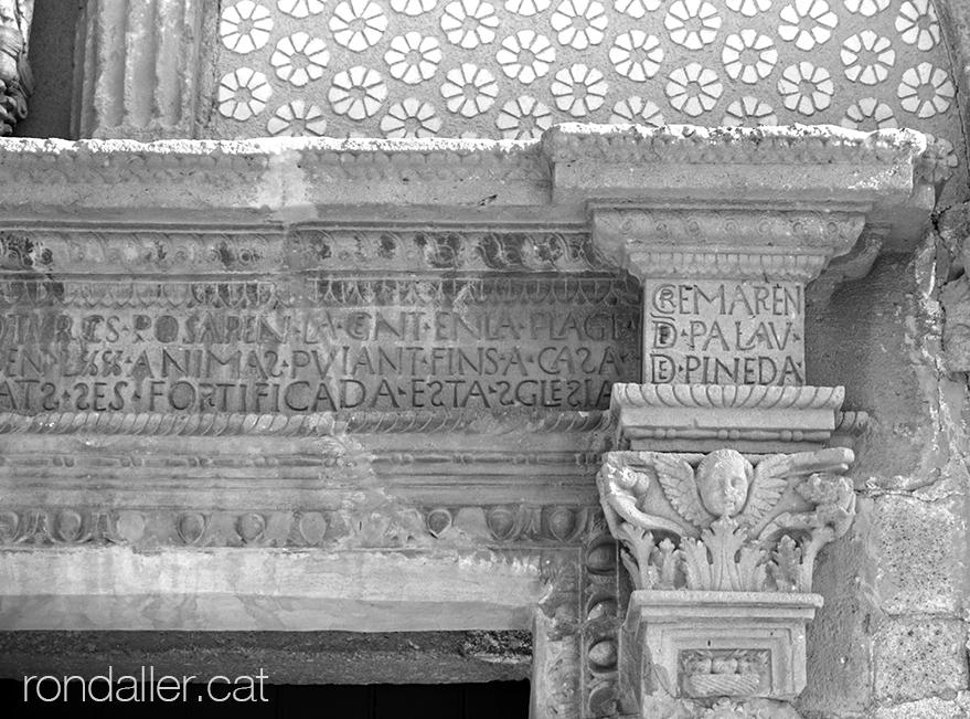 Església de Santa Maria de Pineda de Mar (Maresme). Inscripció a la portalada barroca.