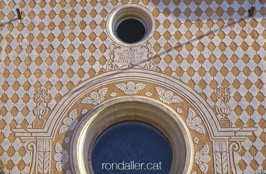 Església de Santa Maria de Pineda de Mar (Maresme). Esgrafiats de la façana.