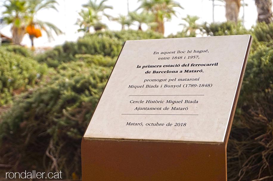 Placa commemorativa que recorda la primera estació de ferrocarril promogut per Miquel Biada el 1848.