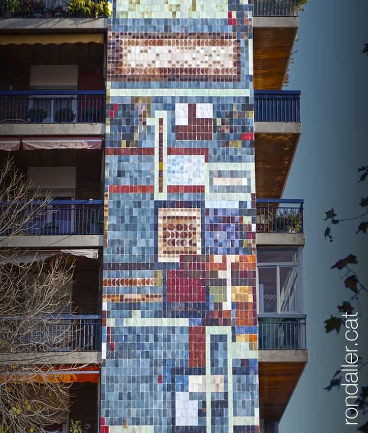 Mosaics anònims. Mural ceràmic que ocupa tota la façana d'un edifici al carrer Freser de Barcelona.