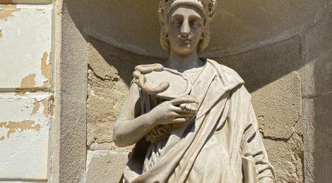 Escultura representant la Prudència a la porta de la Casa Consistorial de Mataró (Maresme).