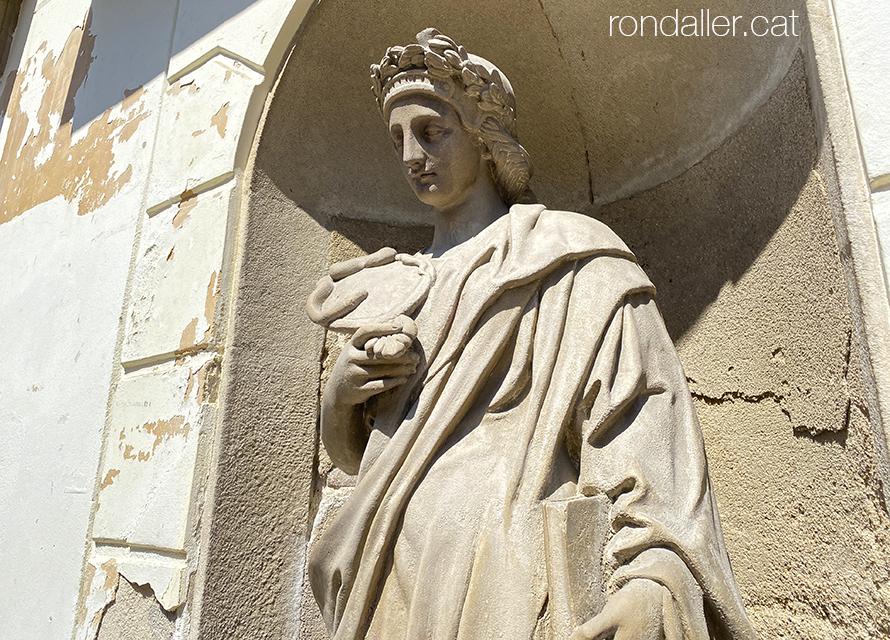 Escultures de l'Ajuntament de Mataró. Detall dels atributs de la Prudència, amb el mirall, la serp i un llibre..