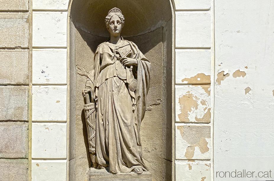 Escultures de l'Ajuntament de Mataró. Representació escultòrica de la Justícia.