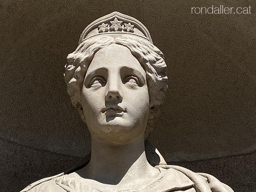 Escultures de l'Ajuntament de Mataró. Detall del cap de la Justícia.