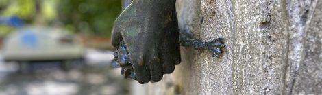 Detall de les mans agafant l'animal que fa de broc, realitzada el 1912 per Josep Campeny i Santamaria.
