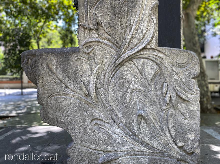 Detall dels relleus del peu de pedra, que imiten joncs, realitzada el 1912 per Josep Campeny i Santamaria.
