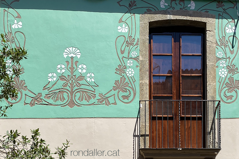 Esgrafiat modernista de Josep Alsina en una casa projectada per Jeroni Boada al carrer Sant Agustí de Mataró.
