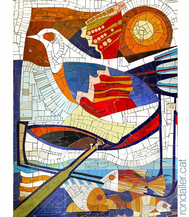 Mosaic a Arenys de Mar amb la representació de temes mariners, com una barca, peixos i un ocell.