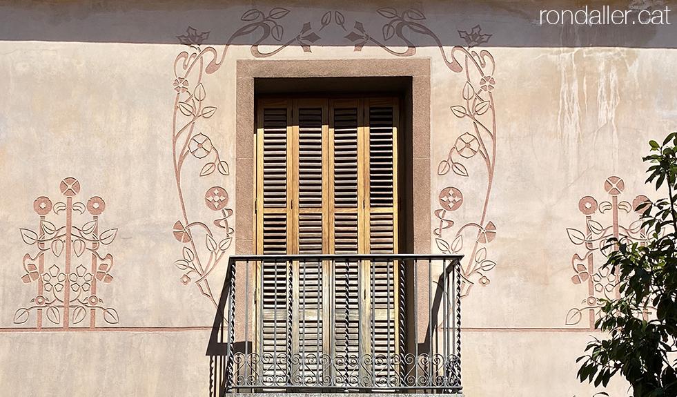 Carrer Sant Agustí de Mataró. Esgrafiats modernistes en un habitatge.