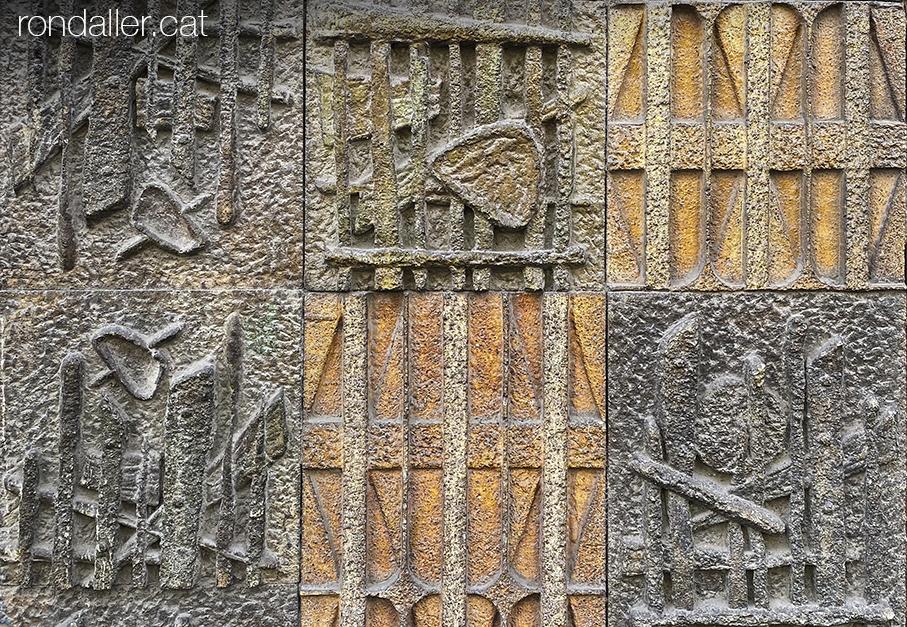 Murals ceràmics dels anys setanta a la Via Augusta de Barcelona, probablement realitzats per Pedro Llorente Brieva.