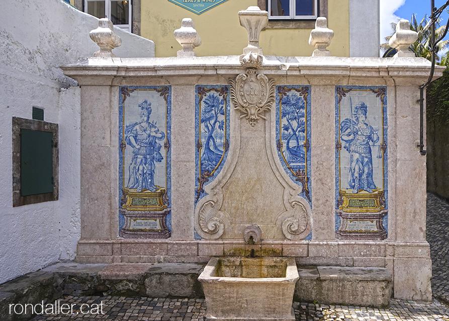 Primer itinerari per Sintra. Decoració ceràmica a la Fonte da Pipa amb la representació de Diana i la Justícia.