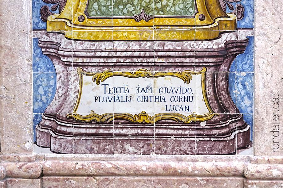 Detall d'un plafó ceràmic de la Fonte da Pipa amb un text del poema Farsàlia escrit per Marc Anneu Lucà.