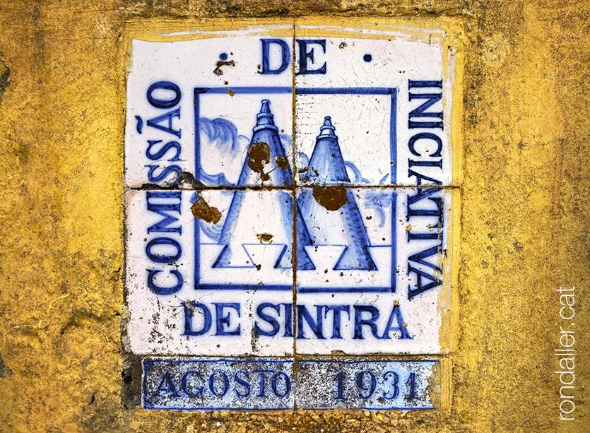 Plafó ceràmic de la Comissão de Iniciativa de Sintra amb l'any 1931.