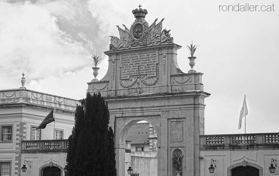 Segon itinerari per Sintra. Arc triomfal del Palau de Seteais, realitzat el 1802 per Francisco Leal García.