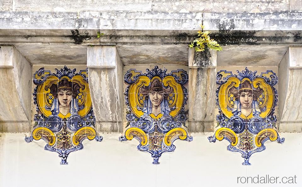 Decoració ceràmica sota un balcó del Casal de Santa Margarida de Sintra.