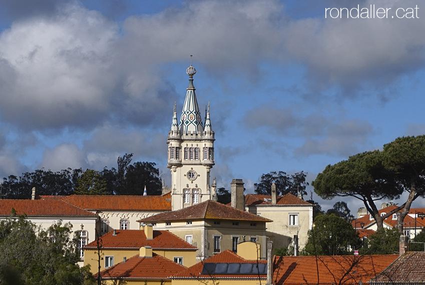 Primer itinerari per Sintra. Edifici neomanuelí de la Câmara Municipal, també conegut com a Os Paços do Concelho.