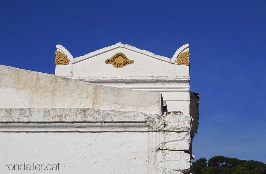 Panteó de la família Jordana al cementiri de Tiana on es veu la decoració de les cantonades coneguda com acroteri.