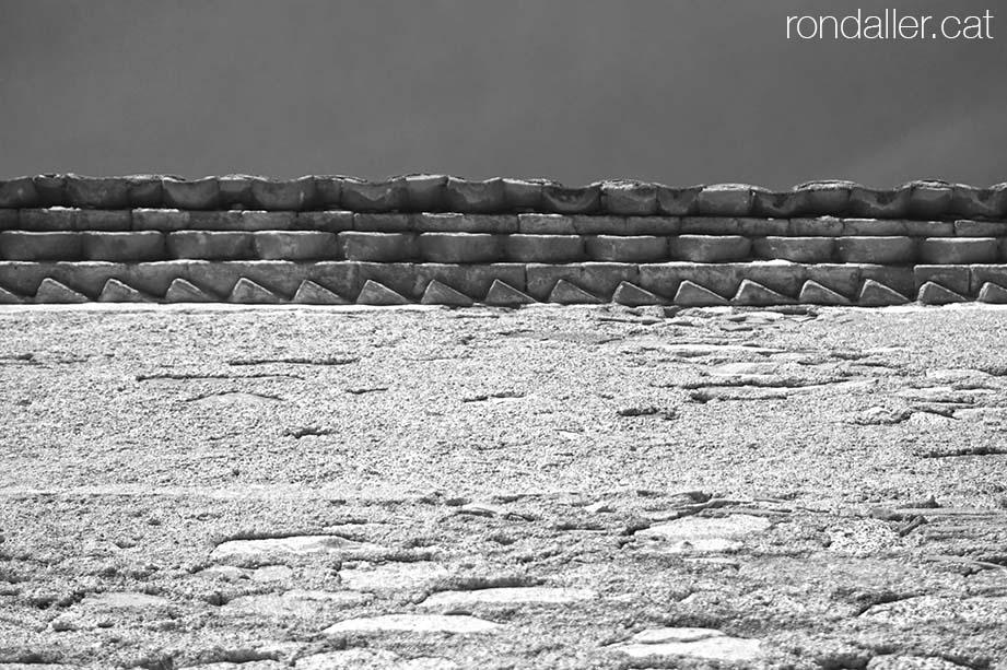 Ràfec de maons a l'ermita de l'Alegria de Tiana al Maresme.