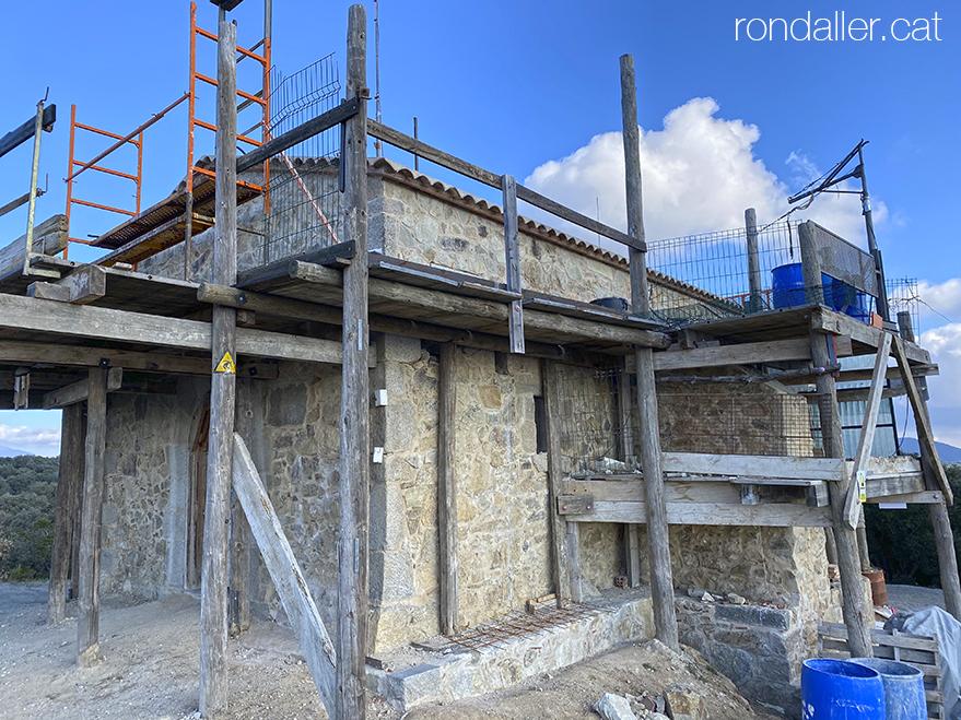 Treballs de reconstrucció de l'ermita de Sant Sebastià de Puigpedrós, dins el terme de Llinars del Vallès.