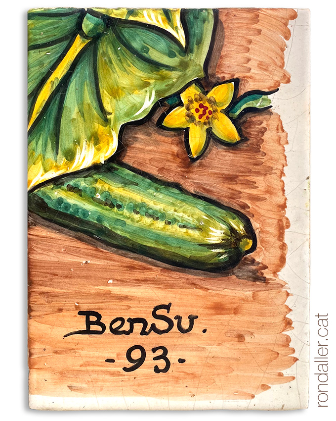 Signatura al plafó ceràmic del taller BenSu a Vilassar de Mar (Maresme).