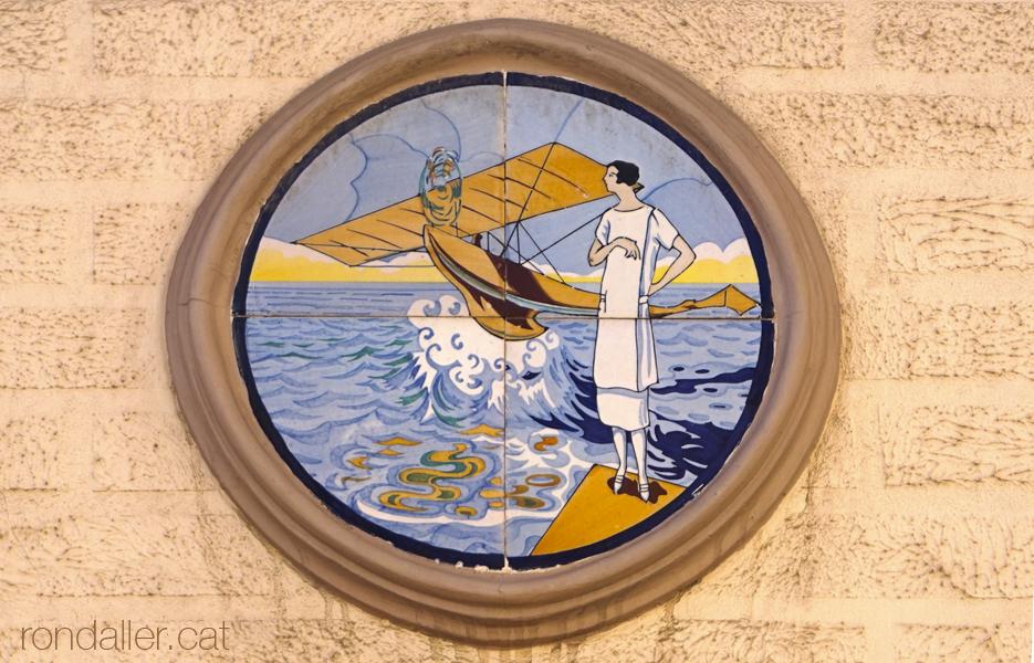 Plafó ceràmic dels anys vint, format per quatre rajoles, al passatge Catalunya, al Camp de l'Arpa de Barcelona.