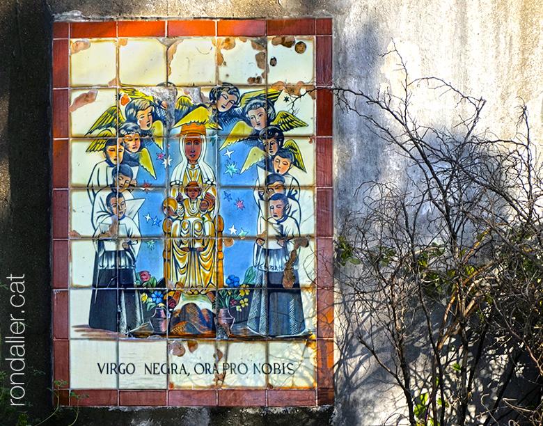 Mare de Déu de Montserrat. Plafó ceràmic als jardins del castell de Corbera de Llobregat.