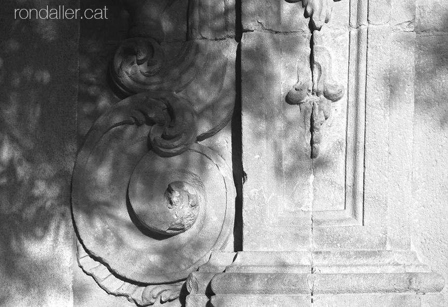 Els Sants Màrtirs de Vilassar de Mar. Detall de la portalada barroca de l'església de Sant Joan.