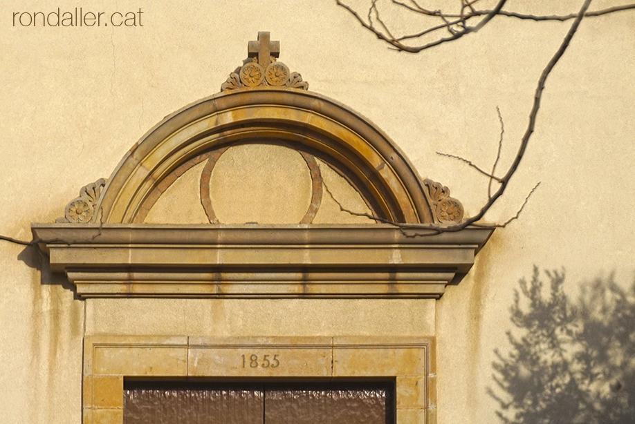 Porta lateral de l'església de Sant Joan de Vilassar de Mar, construida el 1855.