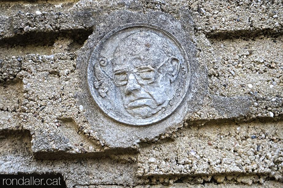 Medalló amb la efígie de Pau Casals realitzat amb ciment.