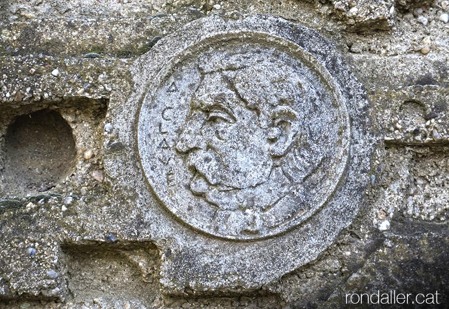 Obra de Guerau Calàbia a Dosrius. Medalló amb la efígie de Clavé.