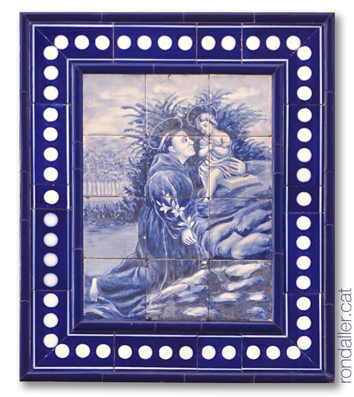 Rajoles amb la representació del sant a Premià de Mar.