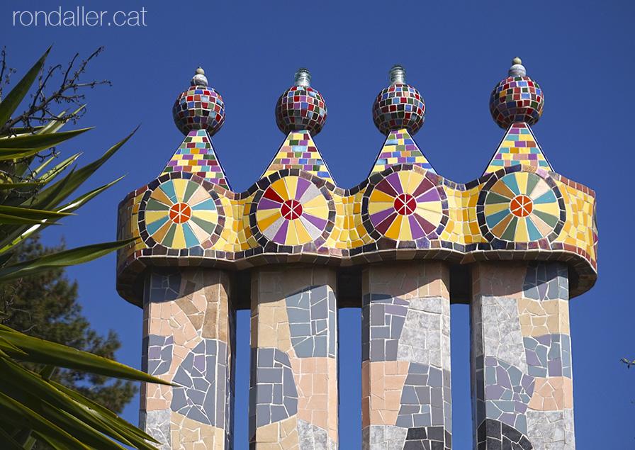 La Torre Rodona de l'urbanització Sant Carles. Xemeneies de Gaudí.