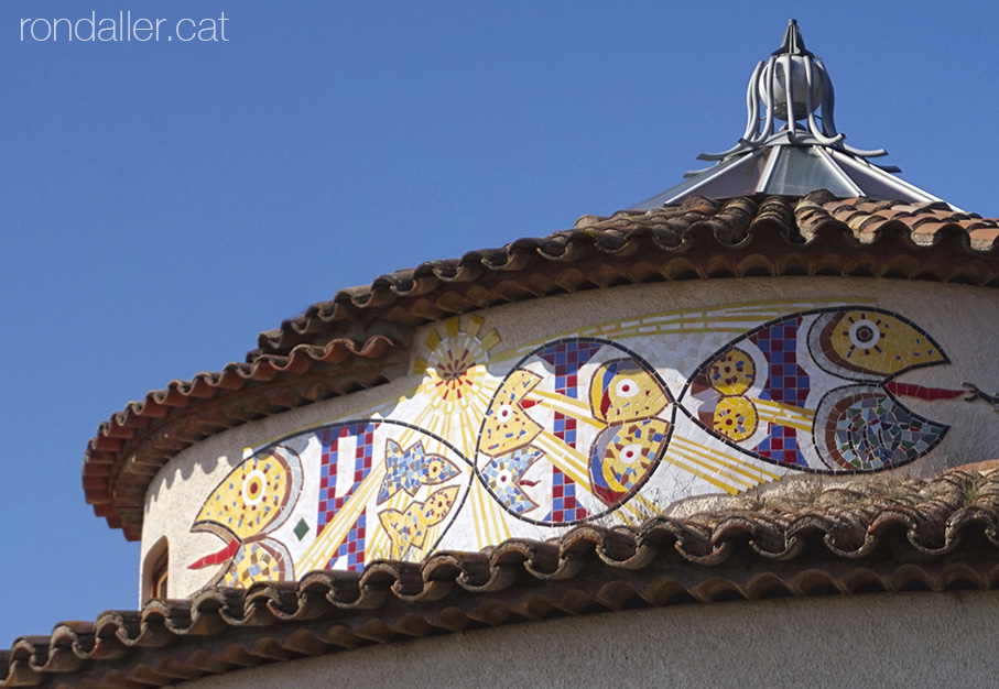 La Torre Rodona de l'urbanització Sant Carles. Mosaics a la façana.