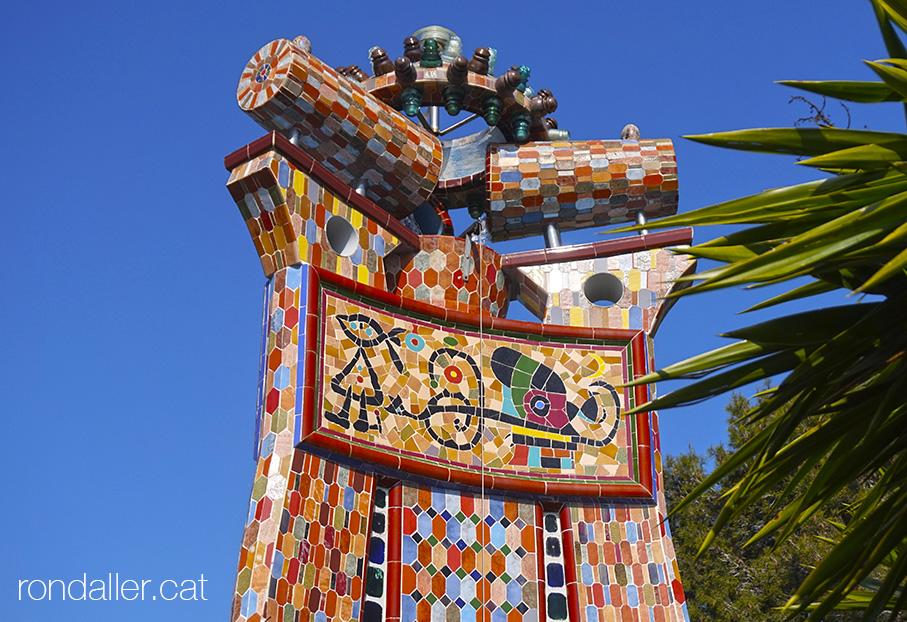 La Torre Rodona de l'urbanització Sant Carles. Mosaics de la font.
