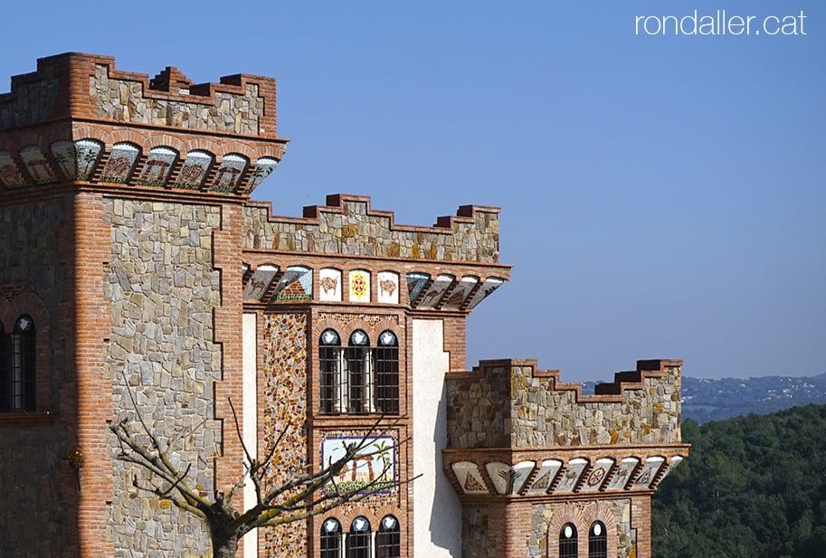 Torreons del Castell Nou a l'urbanització Sant Carles de La Roca del Vallès.