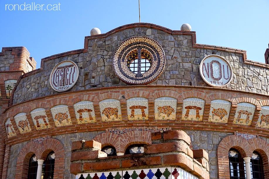 Façana del Castell Nou a l'urbanització Sant Carles de La Roca del Vallès.