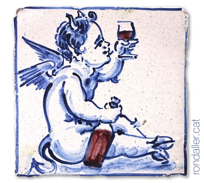 Rajola amb el dibuix d'un petit dimoni bebent vi.