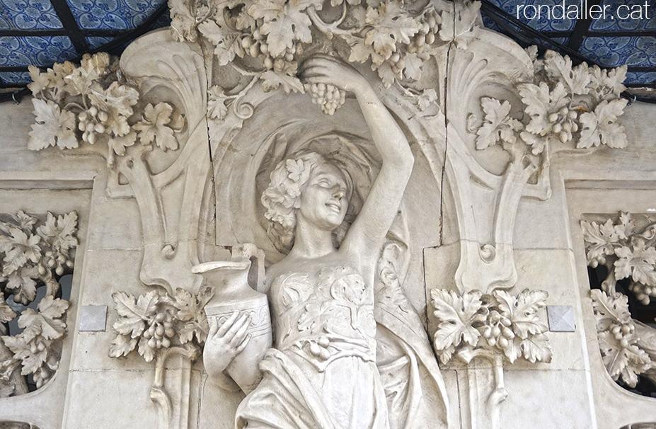 Escultura d'una bacant realitzada per Josep Maria Barnadas.