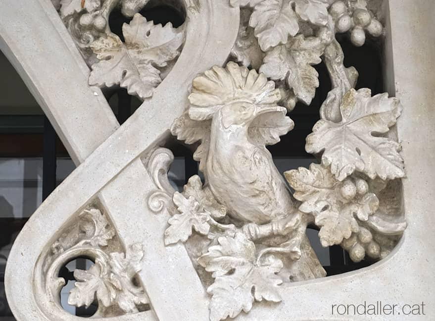 Casa Miquel Blanxart de Granollers. Detall escultòric d'una puput.