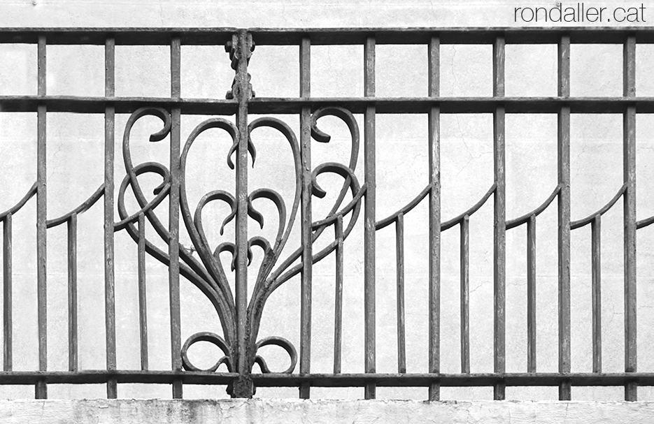 Casa Miquel Blanxart de Granollers. Detall de la barana dels balcons.