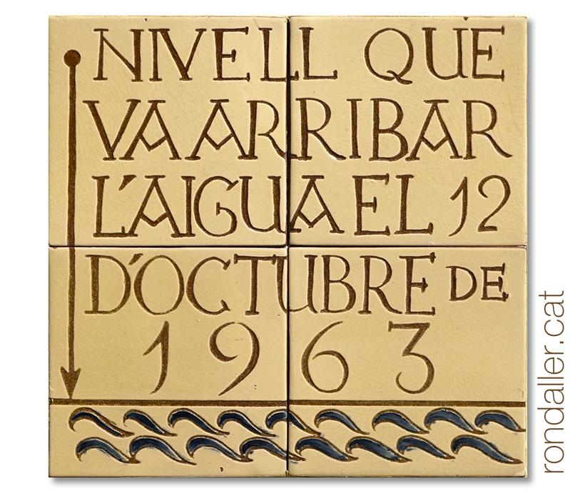 Inundacions a Vilobí d'Onyar. Rajoles amb una inscripció detallant l'alçada de l'aigua a la inundació del 12 d'octubre de 1963.