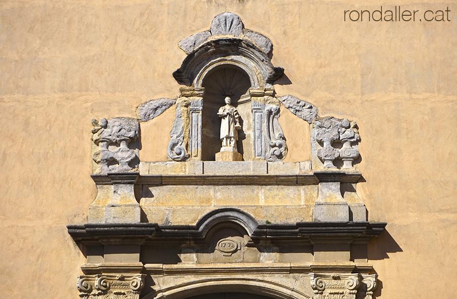 Inundacions a Vilobí d'Onyar. Portalada barroca de l'església de Sant Esteve de Vilobí d'Onyar.