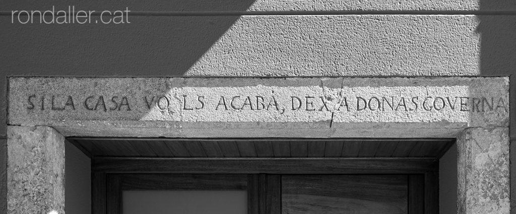 Inscripció a la llinda en un habitatge de 1858 a Vilobí d'Onyar.