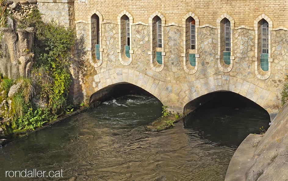 El canal d'aigua passa per sota de la central hidroelèctrica de Bescanó.