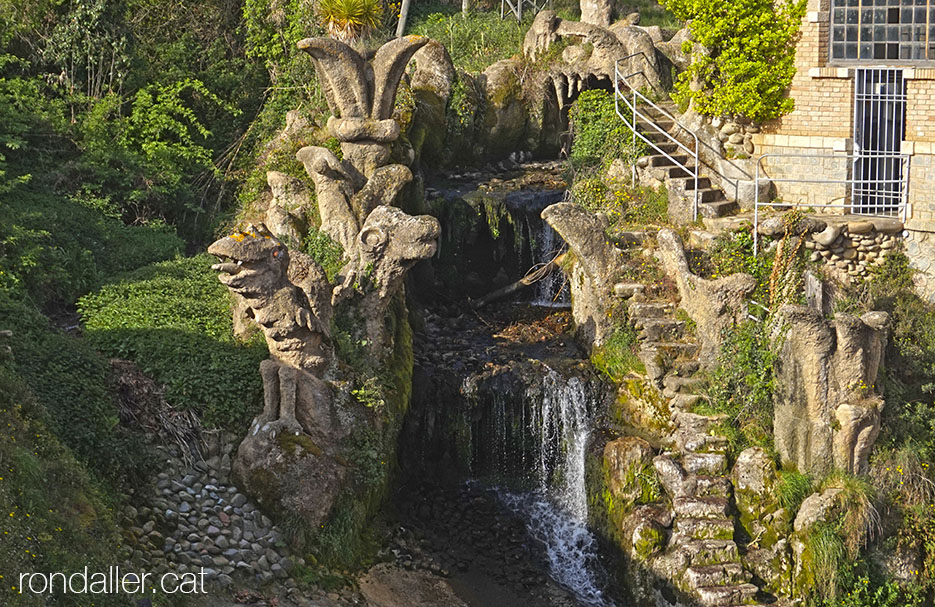 Monstres de pedra a la central hidroelèctrica de Bescanó, al Gironès.